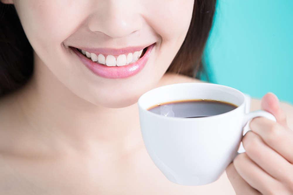 Bebidas que fortalecen y perjudican la salud bucal